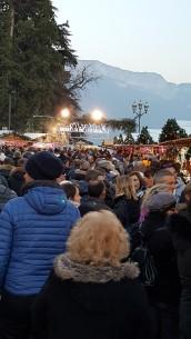 Le marché de noël d'Annecy a remporté un très bon succès. Par milliers, les visiteurs ont arpenté les allées pour profiter des produits exposés et de la décoration magique de noël