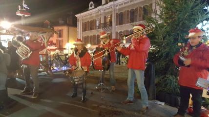 Un voyage authentique vous attends à travers une musique et un décor resplendissant du Marché de Noël d'Annecy, Venez seul ou en famille profiter de cette ambiance conviviale et chaleureuse