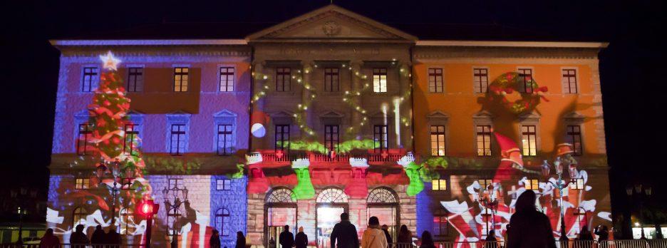 Noël à Annecy prend tout son charme grâce à son marché de noël mais également aux illuminations diverses et variées qui animent le cœur de ville
