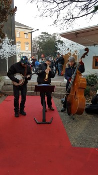 La musique a toute sa place au marché de noël d'Annecy. Découvrez les chalets, les animations et le décor fascinant au rythme de la musique