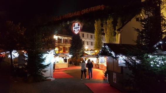 A la nuit tombée, le marché de noël d'Annecy brille de mille feux et incarne un charme particulier faisant plaisir à tous les visiteurs