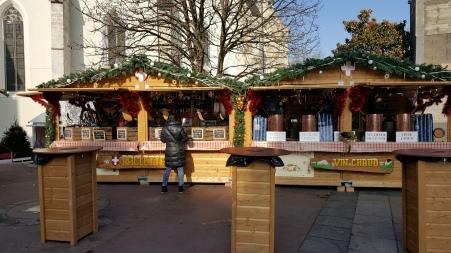 La raclette et l'incontournable vin chaud s'invitent au Marché de Noël d'Annecy. Découvrez le vrai plaisir gustatif tout en se baladant