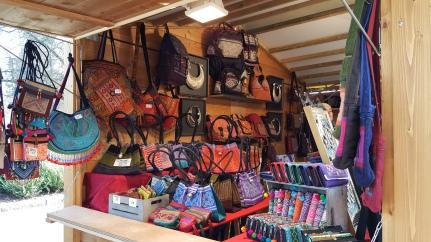 Venez à la découverte de Sakazip, ce chalet propose des sacs aux couleurs du monde et de toutes les tailles. C'est le cadeau surprise qui comblera vos proches