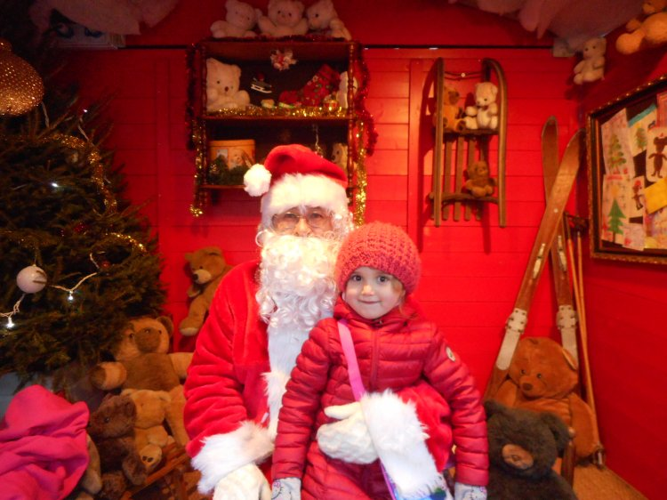 pere-noel-annecy-marche.JPG